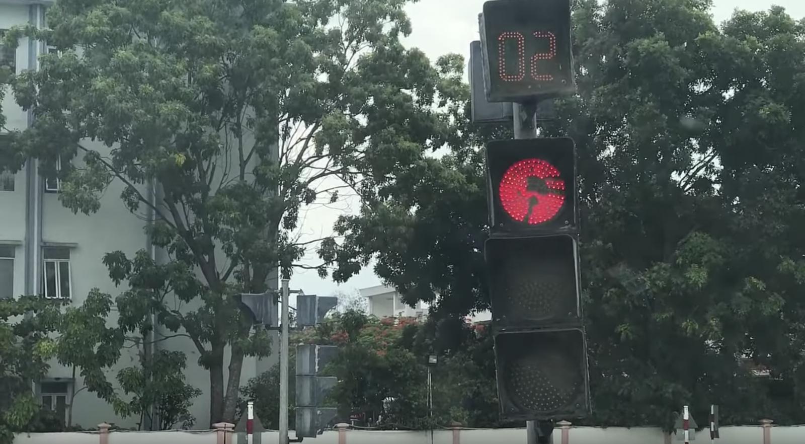 Qua ngã tư có tín hiệu điều khiển giao thông